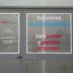 Vinilos publicitarios en Sevilla para escaparates con información de contacto.